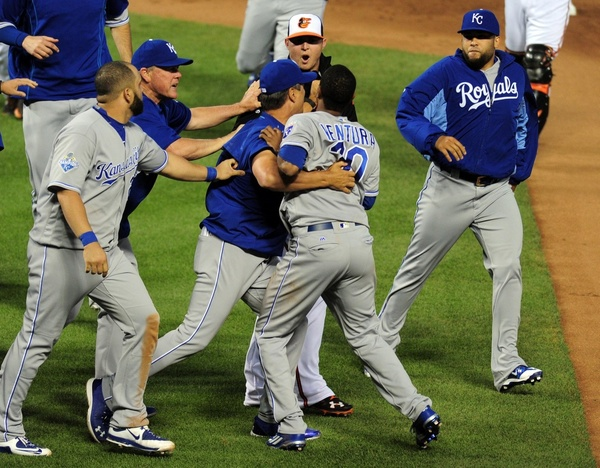 Teammates hold back Yordano Ventura, an idiot